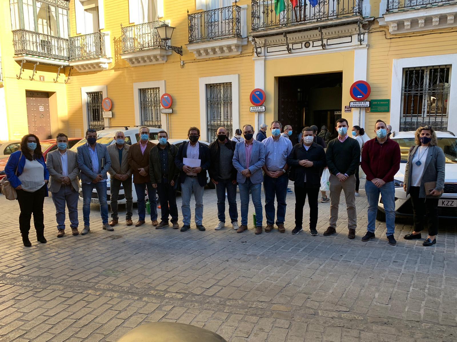 Los Alcaldes de la Sierra Morena sevillana piden a la Junta de Andalucía una solución ante el recorte del servicio de autobuses